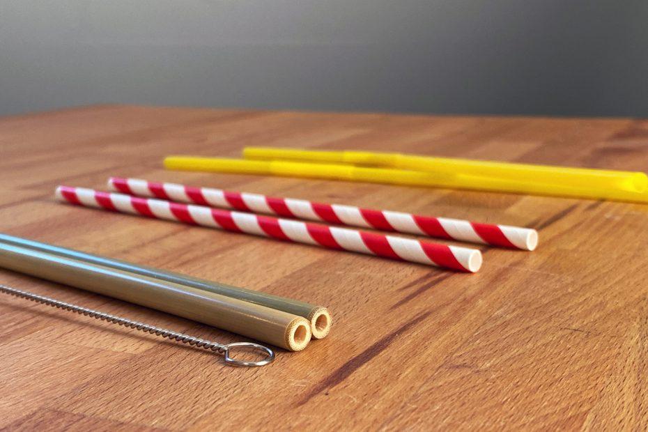 Trinkhalme aus Bambus, Papier und Plastik