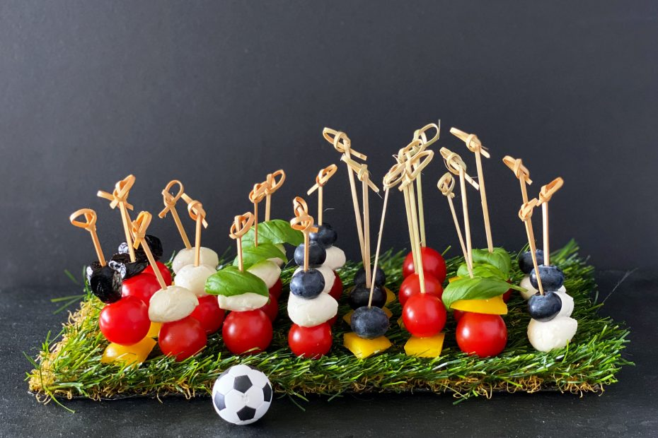 Einfache Snacks und Häppchen, in den Farben der teilnehmenden Nationen der Fussball Europameisterschaft
